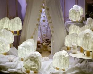 Tipi Mikasi MULLER MOEBEL et guirlandes LAMALI // Forêts illuminées SUPER-ETTE // Table d'appoint Express SUPER-ETTE // Doudous LA GALLERIA